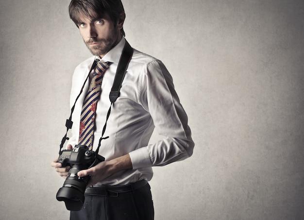 Fotógrafo profissional com uma câmera