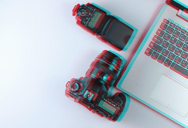 Fotógrafo profissional de equipamentos em cinza. laptop, câmera e flash