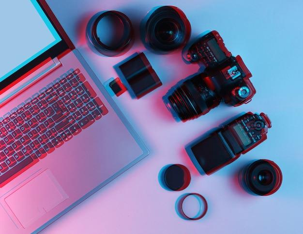 Fotógrafo profissional de equipamentos. laptop, câmera, lentes, flashes, filtros de luz
