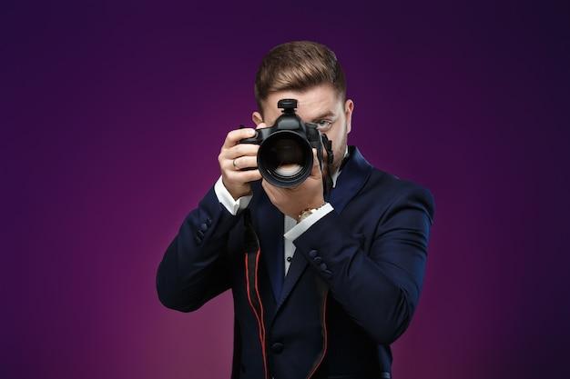 Fotógrafo profissional de sucesso no smoking