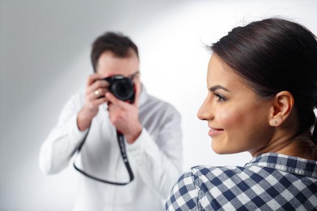 Fotógrafo profissional e modelo atraente