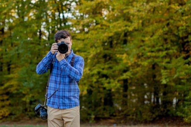 Fotógrafo profissional em ação com duas câmeras nas alças