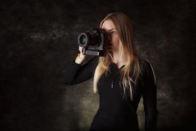 Fotógrafo profissional em estúdio escuro
