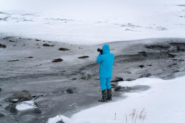 Fotógrafo profissional em tarefa na região selvagem de inverno