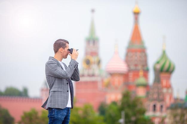 Fotógrafo profissional tirando uma foto da cidade