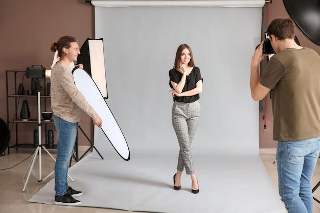 Fotógrafo profissional trabalhando com modelo em estúdio