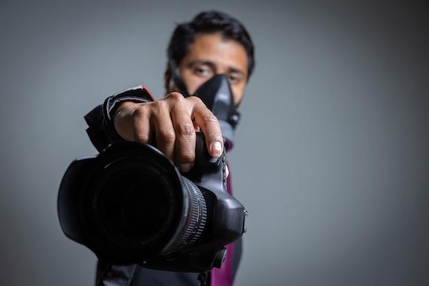Fotógrafo se protegendo com protetores bucais para uma pandemia de coronavírus