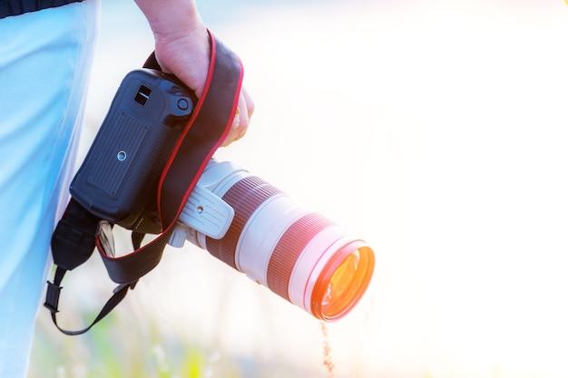 Fotógrafo segurando a câmera