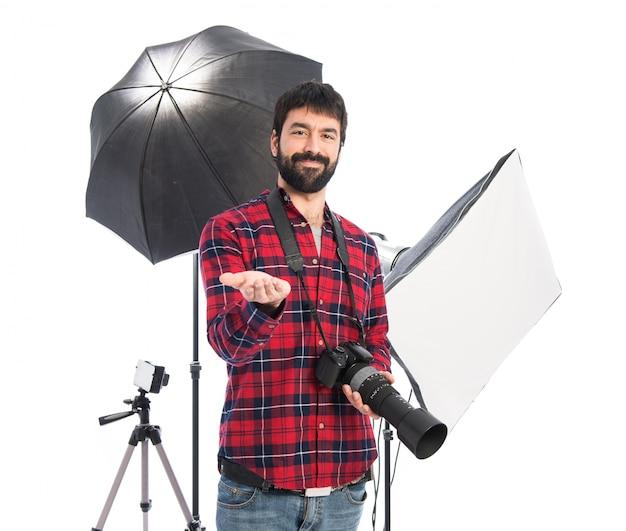 Fotógrafo segurando algo