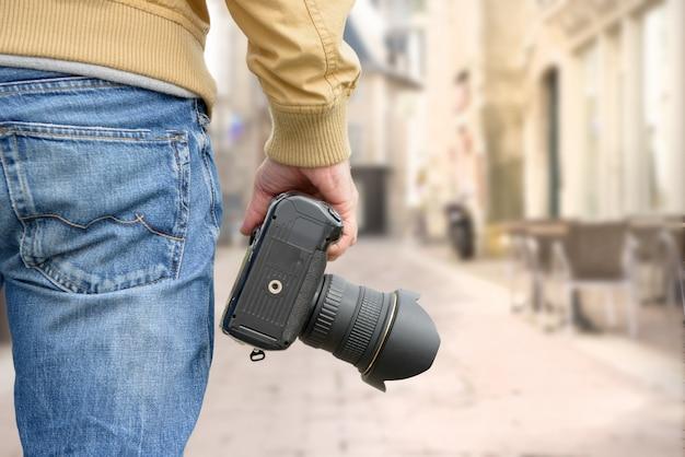 Fotógrafo segurando sua câmera fotográfica