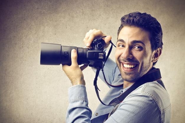 Fotógrafo sorridente feliz