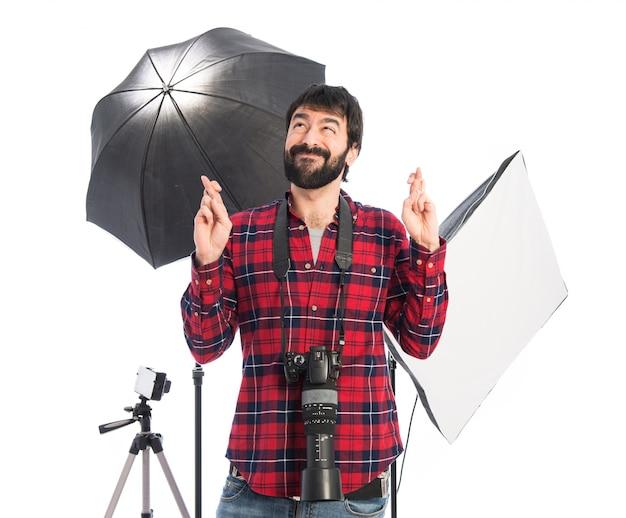 Fotógrafo suplicando sobre fundo branco