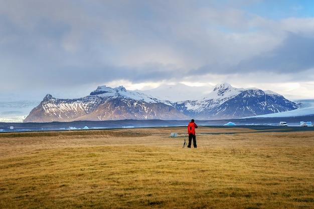 Fotógrafo tira uma foto na islândia.