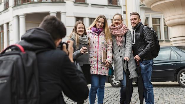 Fotógrafo tirando amigos