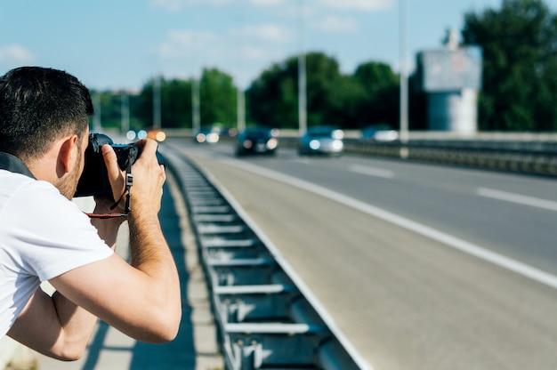 Fotógrafo tirando foto da estrada