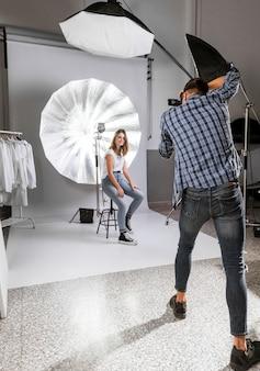 Fotógrafo tirando fotos da bela modelo