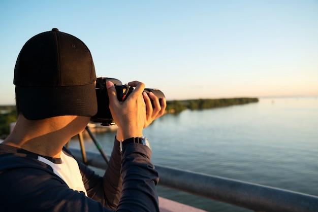 Fotógrafo, tirando fotos da paisagem do mar ao pôr do sol em petchburi, tailândia.