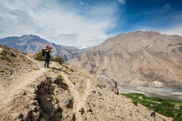 Fotógrafo tirando fotos no himalaia