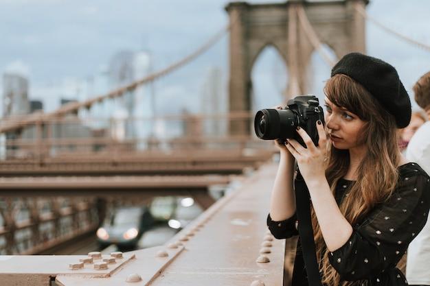 Fotógrafo tirando uma foto na ponte de brooklyn, eua