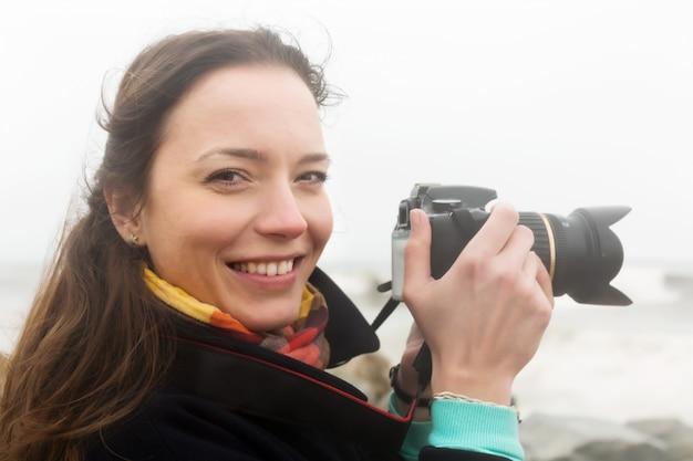 Fotógrafo tomando foto do mar tempestuoso
