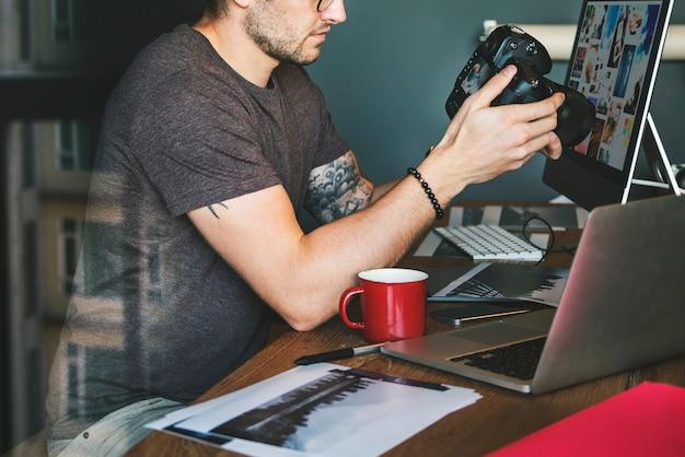 Fotógrafo trabalhando verificando o conceito da foto