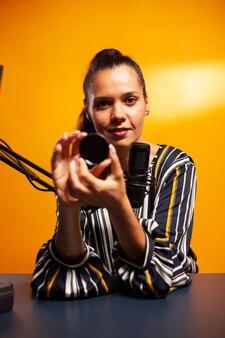 Fotógrafo usando filtro nd enquanto grava podcast profissional