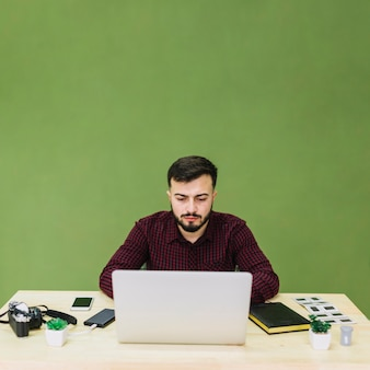 Fotógrafo usando laptop