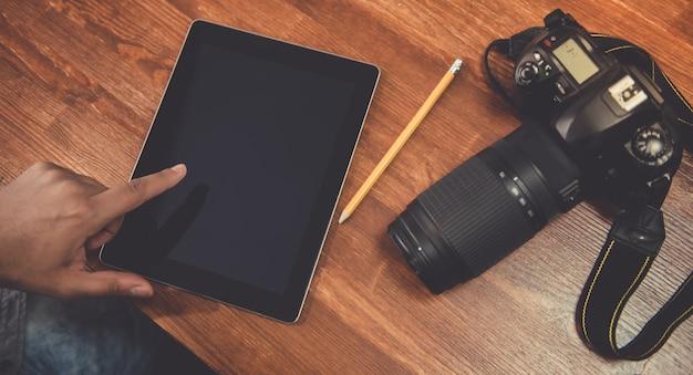 Fotógrafo usando um tablet digital
