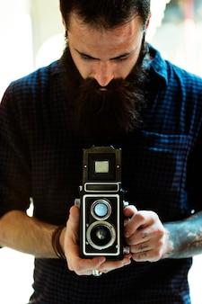 Fotógrafo usando uma câmera vintage