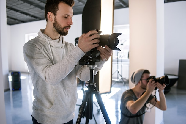Fotógrafos criativos trabalham em estúdio