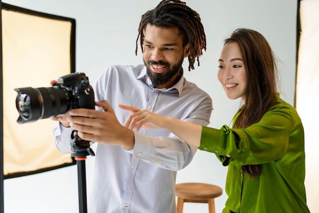 Fotógrafos de médio porte com câmera