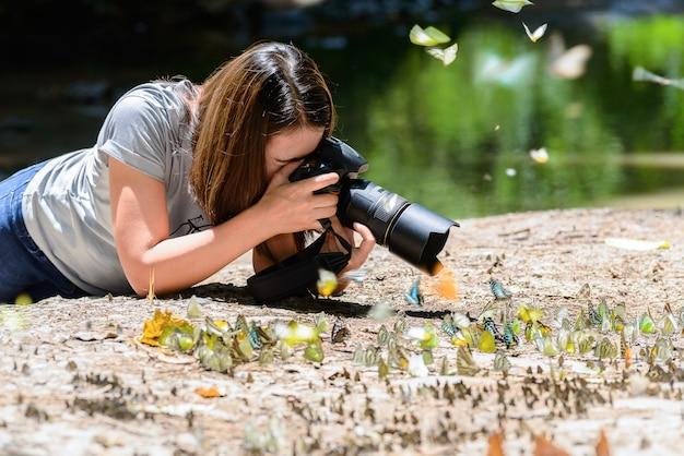 Fotógrafos de mulheres tiram fotos de borboleta