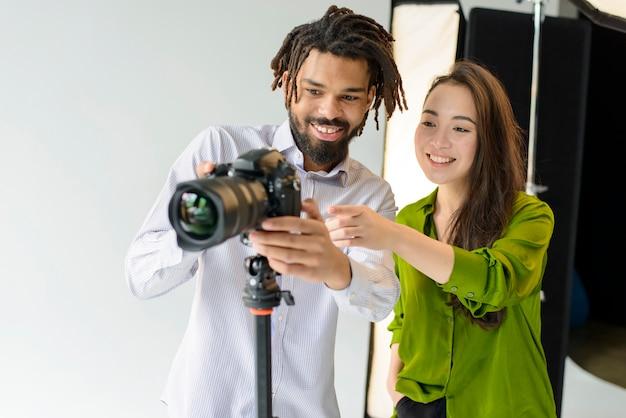 Fotógrafos de smiley de tiro médio
