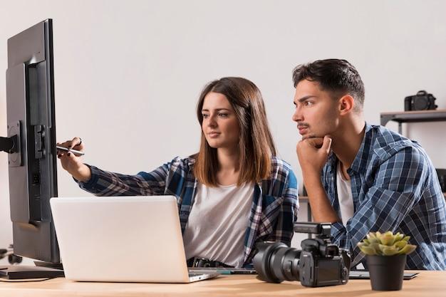 Fotógrafos editando suas fotos