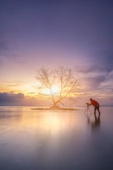 Fotógrafos estão esperando para capturar a luz do sol pela manhã.