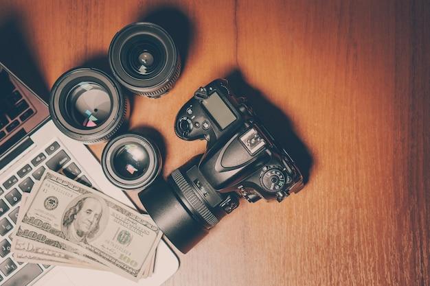 Fotógrafos trabalham com vista de cima da mesa