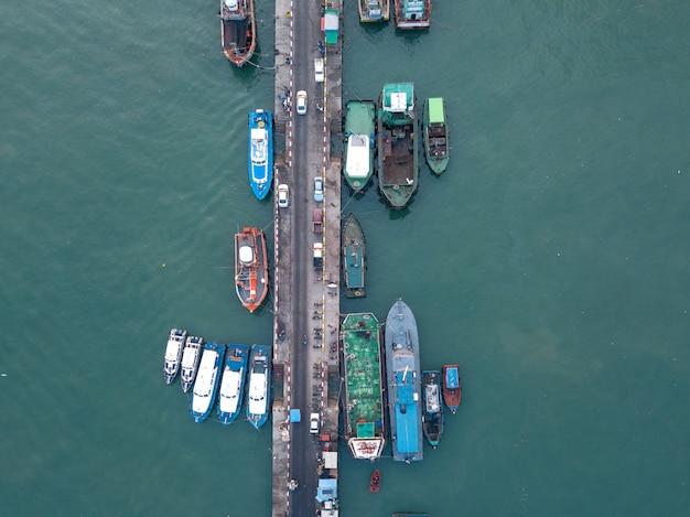 Fotos aéreas de uploads de cargas portuárias.