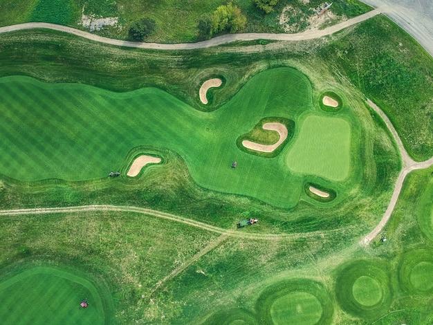 Fotos aéreas do clube de golfe, gramados verdes, florestas, cortadores de grama, flat lay