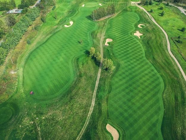 Fotos aéreas do clube de golfe, gramados verdes, florestas, cortadores de grama