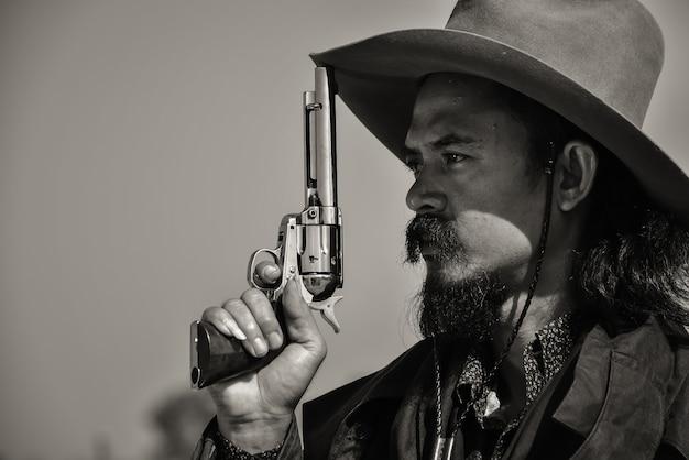 Fotos antigas de homens vestindo roupas de caubói e mostrando combates com armas de fogo