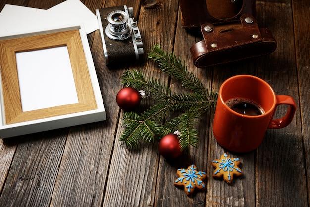 Fotos, câmera, galho de pinheiro e xícara de café