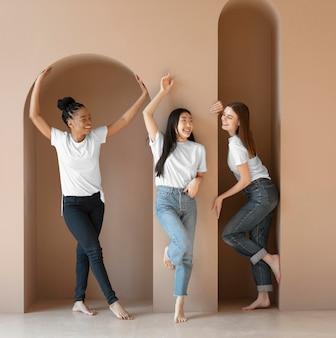 Fotos completas de mulheres posando perto de uma parede