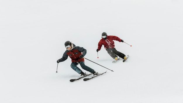 Fotos completas de pessoas esquiando juntas