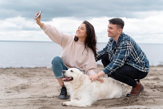 Fotos completas de pessoas tirando selfie