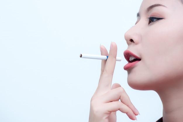 Fotos de close-up de uma jovem mulher que está fingindo fumar