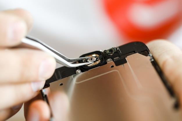Fotos de close-up mostrando o processo de reparo do telefone móvel