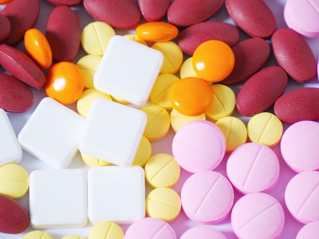 Fotos de comprimidos em um fundo branco