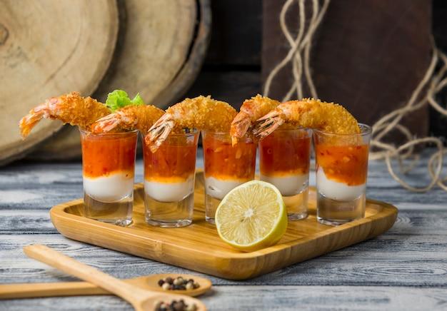 Fotos de coquetel de camarão frito recheadas com maionese e molho de pimenta doce