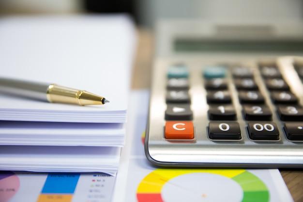 Fotos de equipamentos financeiros em cima da mesa.