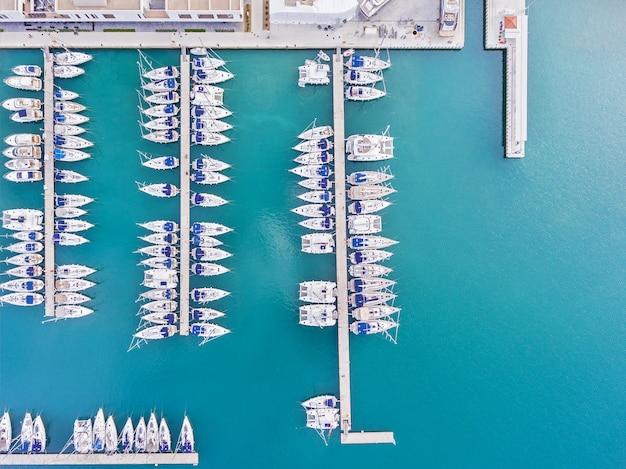 Fotos de iates e do centro histórico de trogir do helicóptero. mar adriático da croácia Foto Premium